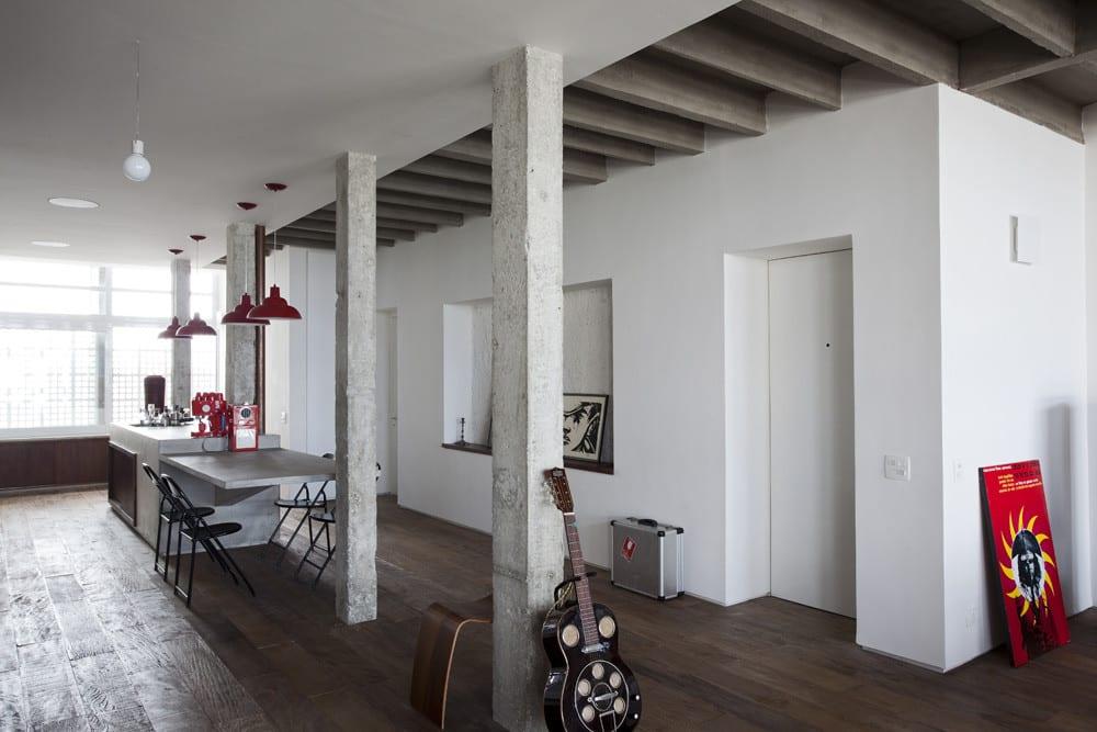 Apartment modern einrichten mit Fußbodenbelag aus Holz und Farbegstaltung in weiß und rot für modernes Wohnzimmer mit Küche weiß