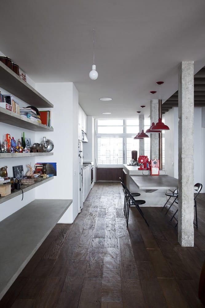 Copa Apartment als Loft Wohnung modern einrichten mit Beton-Wandregalen und Esstisch massiv aus beton