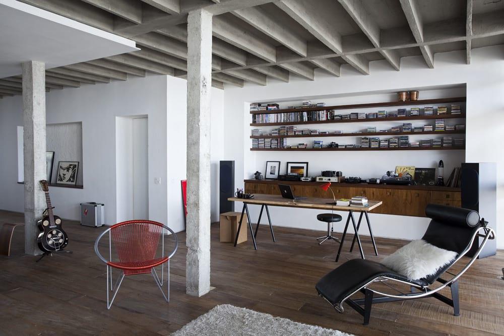 Apartment mit Wohnzimmer design modern und eingebauten Holzregalen und Sideboard holz