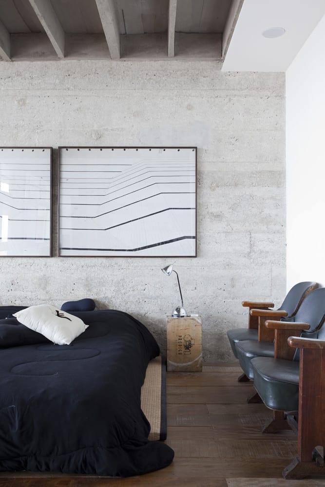 modernes Schlafzimmer Einrichtung mit Sichtbetonwand und Wandgestaltung schlafzimmer mit bildern in schwarzen Bilderrahmen