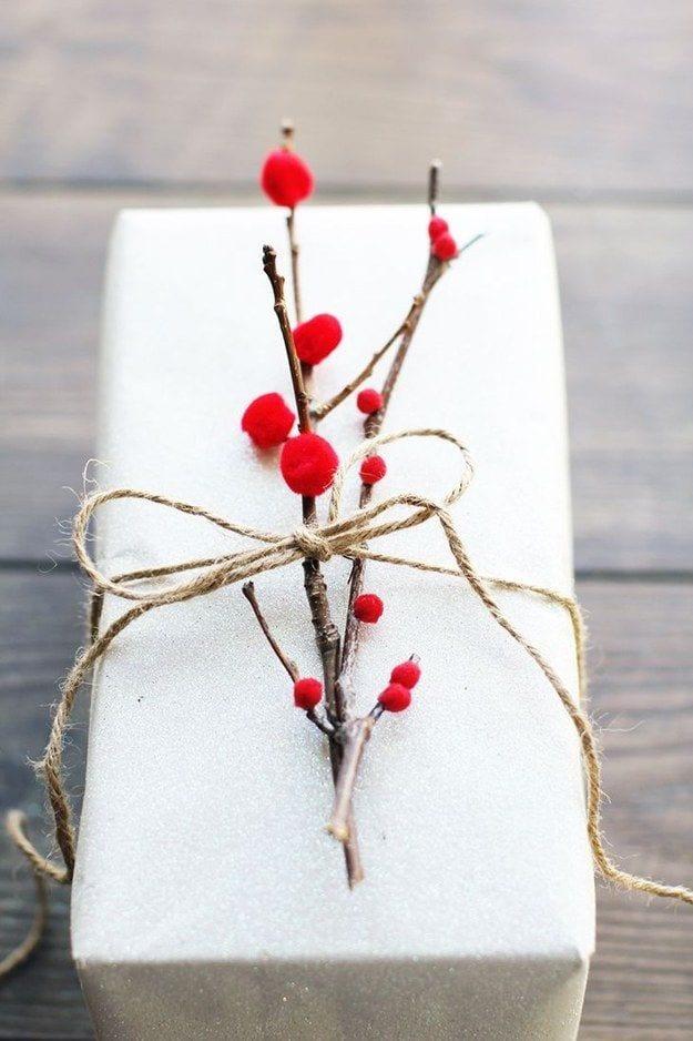 geschenke schön verpacken mit zweige als coole geschenkverpackung zum weihnachten