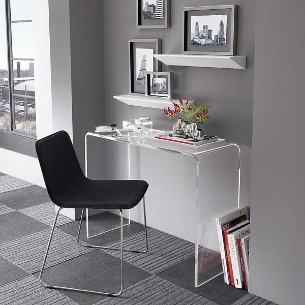 kleines homeoffice modern gestalten mit wandfarbe grau und modernen wandregalen weiß und kleinem schreibtisch aus glas