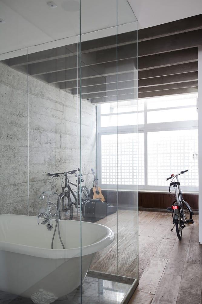 modernes badezimmer mit holzboden und duschkabine aus Glas als einrichtungsidee für modernes Apartement