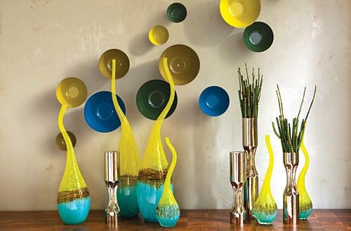 wohnzimmer wandgestaltung farbe_moderne dekoidee wohnzimmer mit schalen in gelb und blau