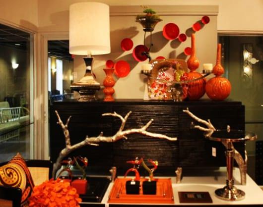 moderne wandgestaltung mit farbe rot und sideboard schwarz mit orangen vasen dekorieren