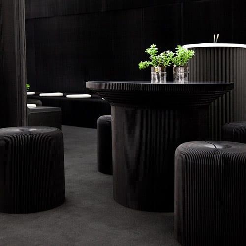 schwarze gastromöbel aus papier_moderne einrichtung mit stehtisch rund und hockern aus papier