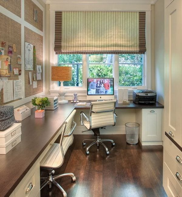 homeoffice als kleiner Arbeitszimmer mit echschreibtisch und wandtafeln aus kork als wanddeko idee büroraum