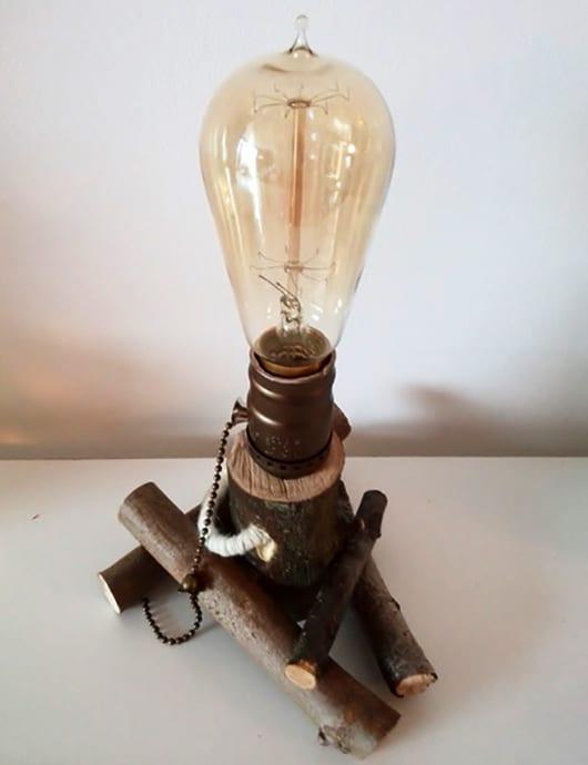 bastelidee für kreative tischlampe aus zweigen