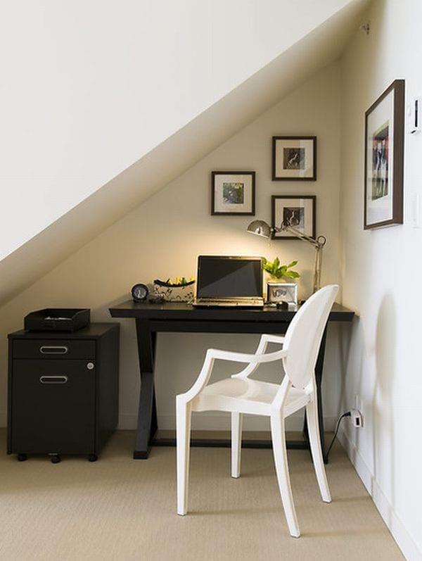 modernes homeoffice mit schreibtisch schwarz und designerstuhl weiss in einer nische mit dachschräge einrichten