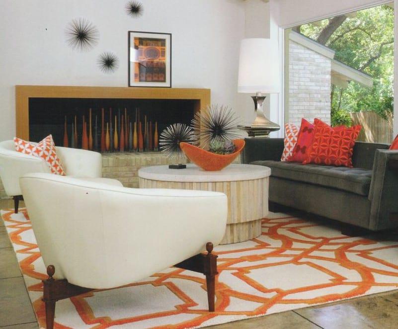 wohnzimmer idee mit polstersesseln weiß und teppich weiß und orange_moderne kamin dekoration mit bunten glasvasen und moderne tischdeko für couchtisch rund