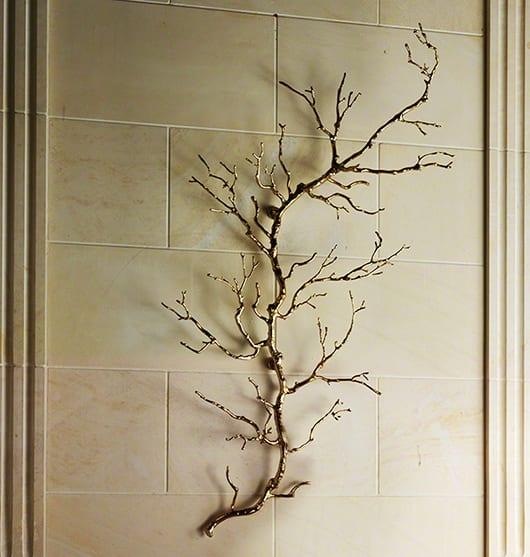 wandgestaltung wohnzimmer mit dekorativem ast in gold als moderne 3D wanddeko idee