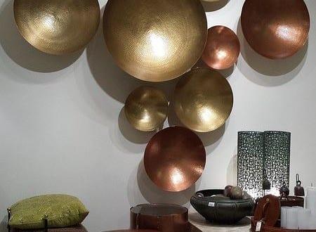 Dekoideen wohnzimmer mit runden metallschalen freshouse for Dekoideen wohnzimmer
