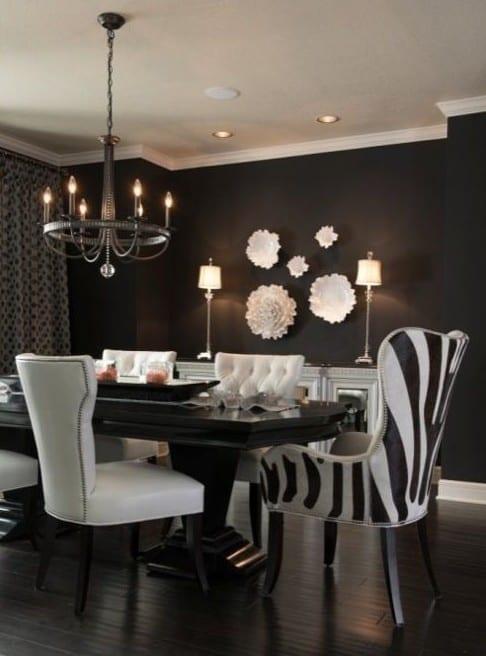 wohnzimmer design mit wandfarbe schwaru und esstisch massiv in schwarz mit weißen und zebra esszimmerstühlen aus leder