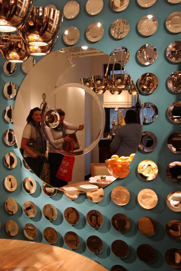 wandfabe blau und runde spiegeln als kreative wandgestaltung und moderne dekoidee wohnzimmer