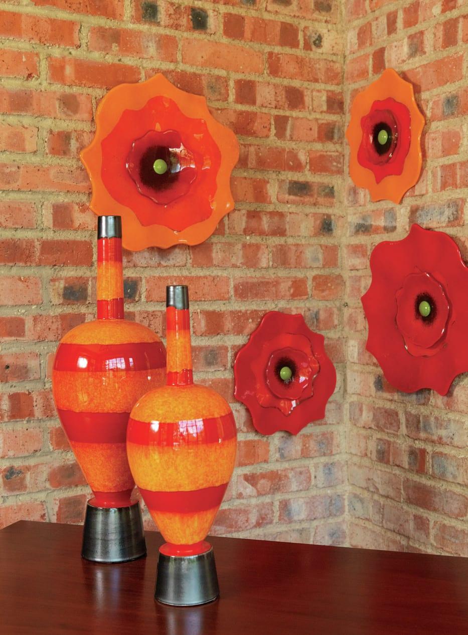 wohnzimmer wandgestaltung mit roten und orangen blumen aus glas und moderne glasvasen als dekoidee wohnzimmer