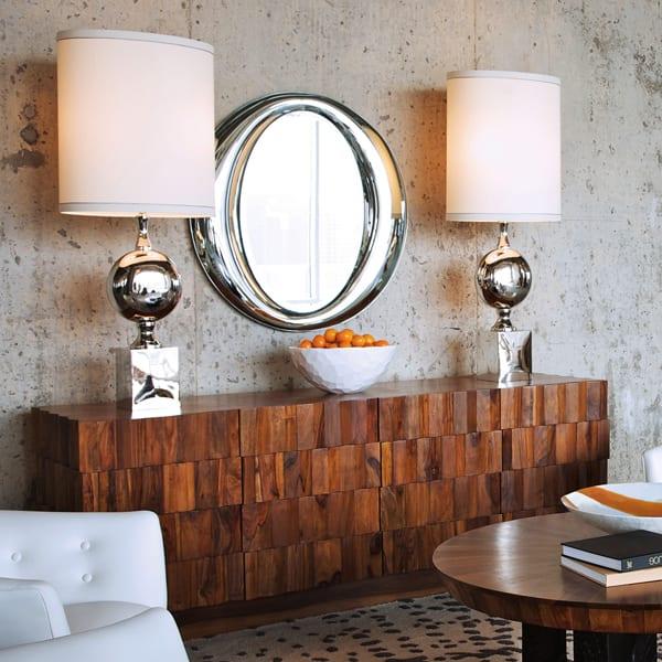 betonwände dekorieren mit spiegel und designer sideboard holz mit designer tischlampen in silber dekorieren