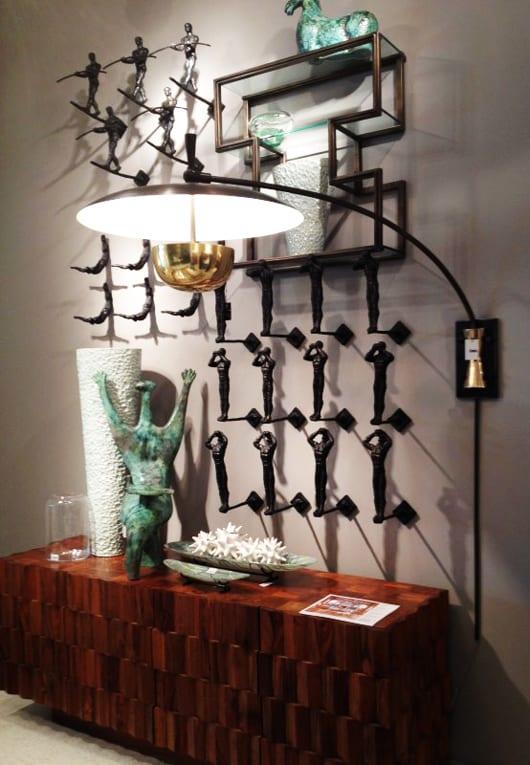 wohnzimmer wandgestaltung mit wandlampe und skulpturen