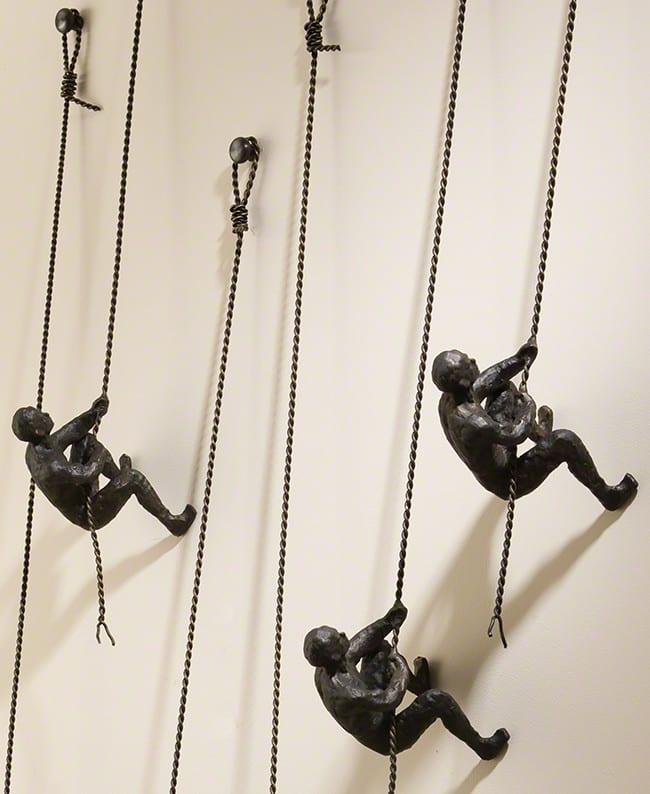moderne wandgestaltung mit kletternden Figuren und interessante 3D wanddeko metall