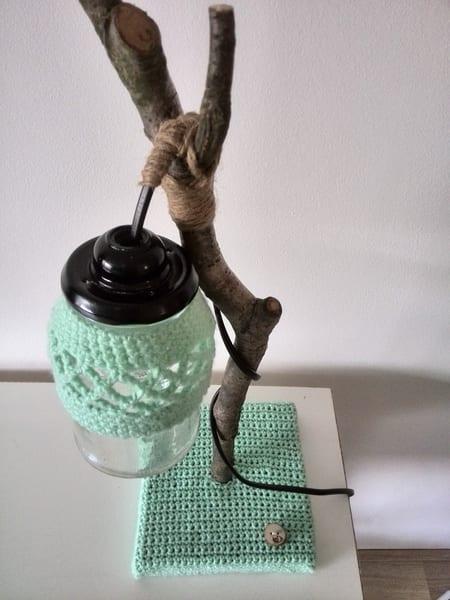 kreative lampe selber bauen aus zweig und mit garn in hellblau dekorieren