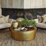 modernes wohnzimmer design mit holzwandverkleidung und sessle polster in beige