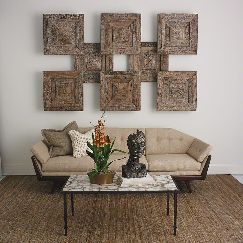 moderne wandgestaltung mit dekorativen holzpaneelen und klassisches interior design mit designer sessel beige und couchtisch metall und marmor