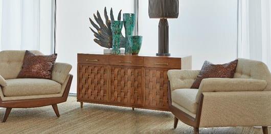 modernes wohnzimmer design mit sideboard holz und modernen lounge sesseln