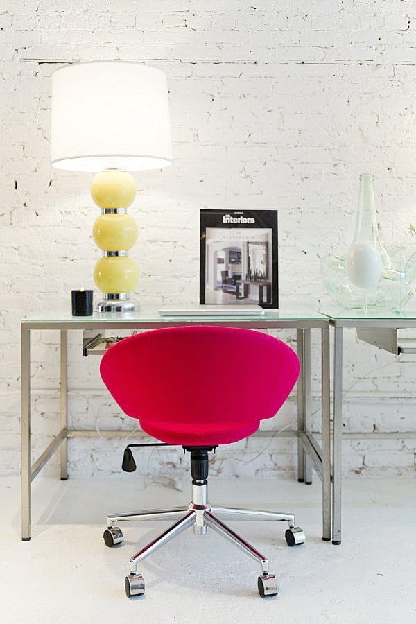 homeoffice modern einrichten mit schreibtisch glas und ergonomischer bürodrehestuhl pink