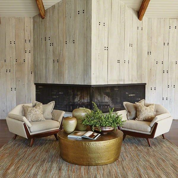 wohnzimmer design mit lounge sessel und messing couchtisch gold mit kreativer tischdeko aus vasen