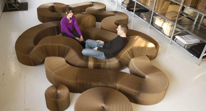 designer möbel aus kraftpapier_moderne raumgestaltung mit freiformigen sitzbänken und runden hockern