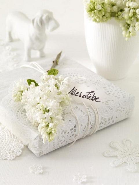 geschenk mit weißem flieder kreativ verpacken