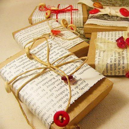 geschenke originell verpacken mit zeitungspapier und roten knöpfen