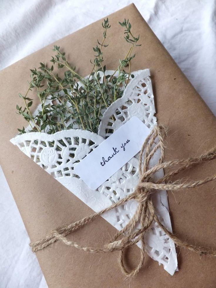 geschenke verpacken mit getrockneten kräutern