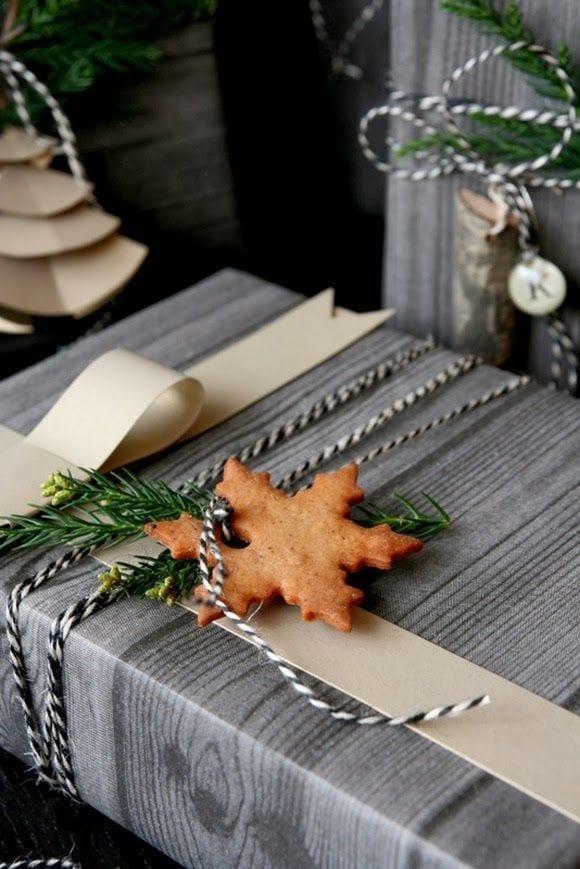 geschenke zum weihnachten schön verpacken mit grauem geschenkpapier mit holzmuster