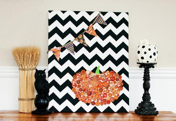 coole bastelidee mit knöpfen und leinwand für Halloween dekoration auf sideboard oder als kamin dekoidee