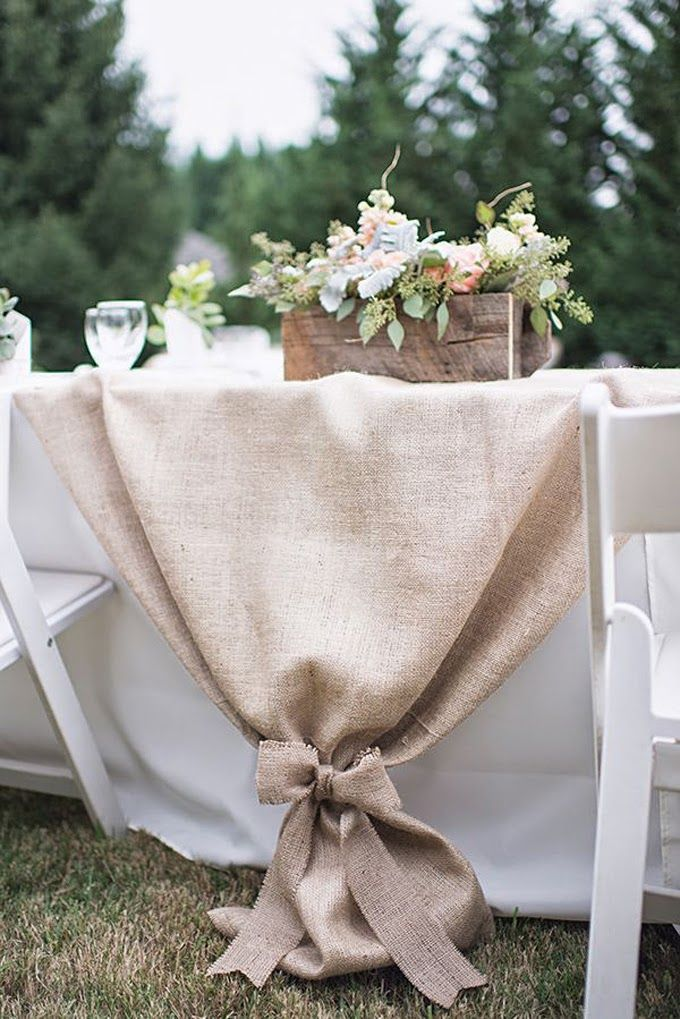 tisch eindecken mit tischdecke weiß und hochzeit-tischdeck mit sackleinen und holzkisten mit blumen