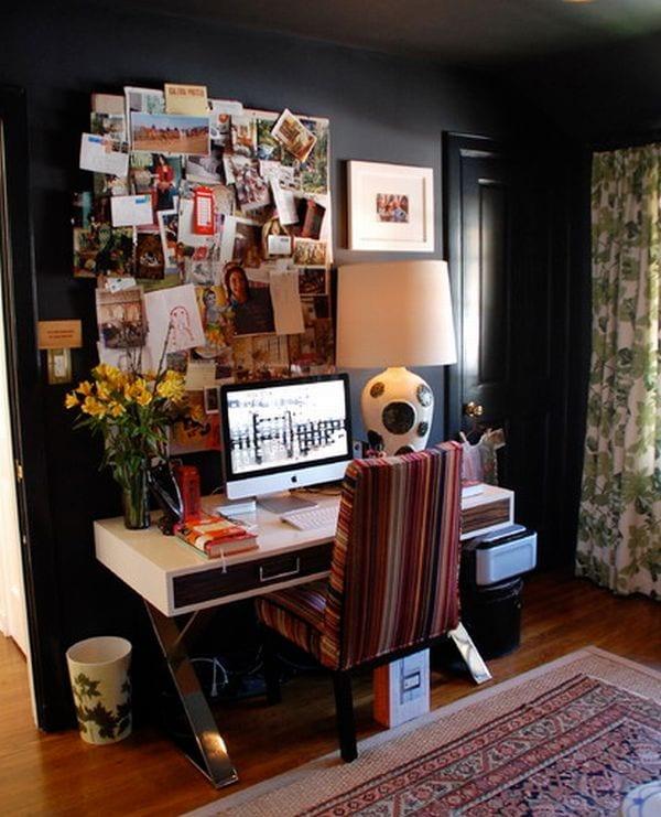 kleines homeoffice im wohnzimmer mit wandfarbe schwarz und modernem büroschreibtisch weiß und kreative wanddeko idee mit fotos