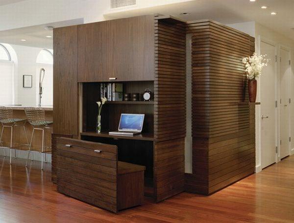 kleines homeoffice mit eingebautem büroschreibtisch holz mit sitzbank holz