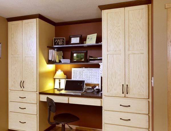 ideen für homeoffice mit büroschreibtisch und wandregalen zwischen zwei büroschränken_home office gestalten mit wandfarbe braun und holzmöbeln
