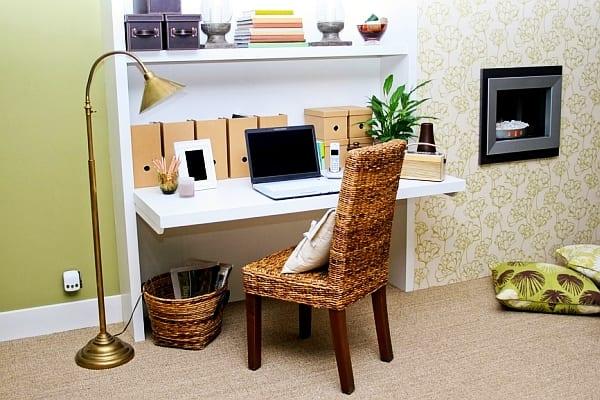 coole ideen für homeoffice mit wandregalsystem mit klappbarem schreibtisch als kleines home office im wohnzimmer mit wandfarbe grün und weiße tapete mit grünen blumen