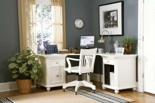 homeoffice mit wandfarbe grau und büro-eckschreibtisch mit bürostuhl höhenverstellbar aus holz