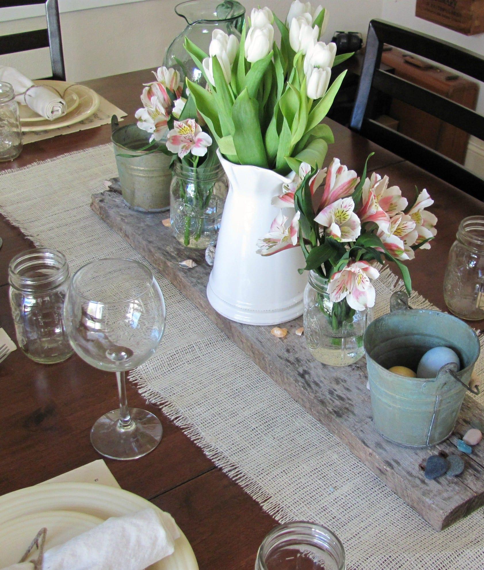 tisch eindecken mit sackleinen als ostern tischdeck mit weißen tulpen und ostereiern
