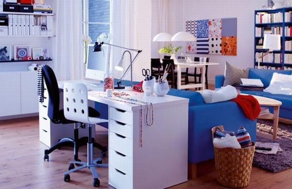 kleines wohnzimmer als homeoffice einrichten mit soffa blau und büroschreibtisch weiss