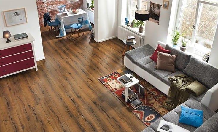 Laminat für gemütliches und schönes Wohnzimmer_dunkel Holzböden kombiniert mit modernem Sofa in weißgrau