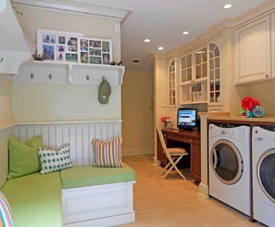 homeoffice in der waschküche mit eingebautem büroschreibtisch massiv holz und eingebautem wandschrank weiß
