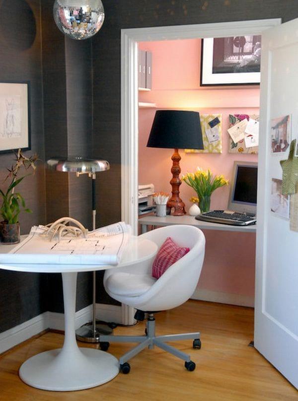 coole idee für homeoffice als kleiner arbeitsplatz im abstellraum mit wandfarbe rosa und schreibtisch weiß