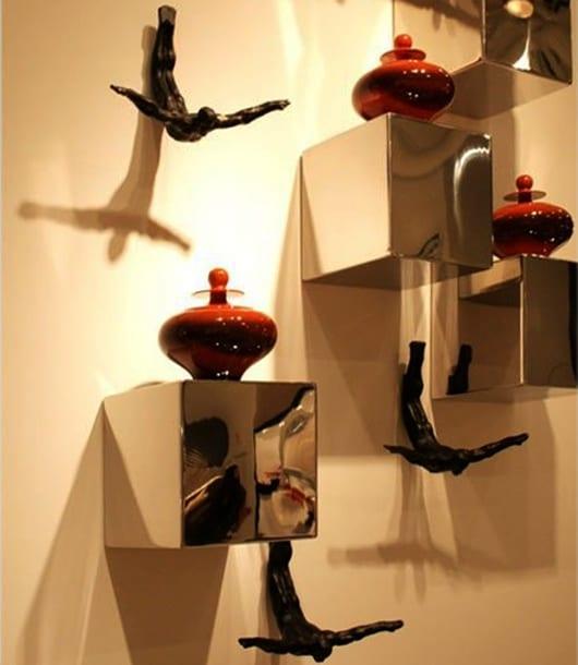dekoideen wohnzimmer in silber und rot und wohnzimmer wandgestaltung mit kuben und skulpturen