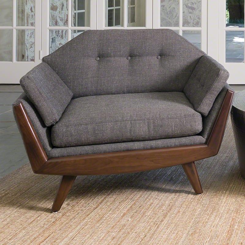 grauer sessel mit armlehnen und holzbeinen für schickes wohnzimmer design in grau