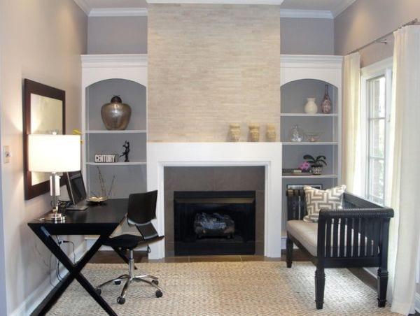homeoffice mit kamin und eingebauten wandregalen weiß und modernem schreibtisch schwarz mit drehstuhl schwarz