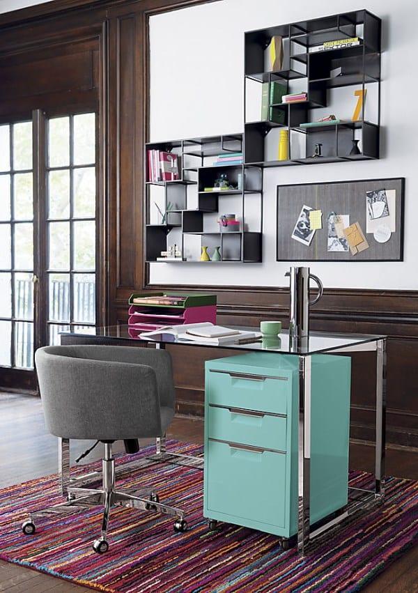 designer büromöbel für modernes homeoffice mit wandregalen aus metall und drehstuhl grau