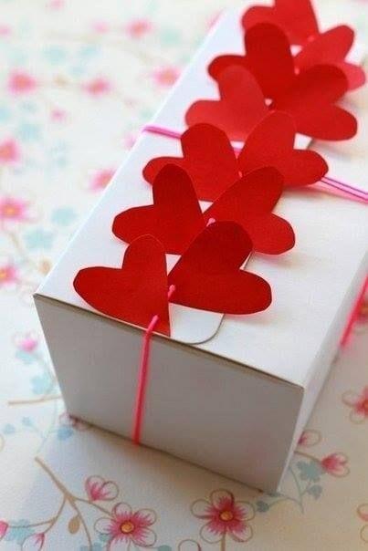 valentinstag-geschenk kreativ verpacken mit roten herzen